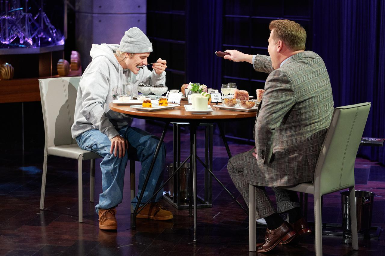 画像: 「Spill Your Guts or Fill Your Guts」のコーナーに登場したジャスティン・ビーバー(左)。 ©︎The Late Late Show/NBC