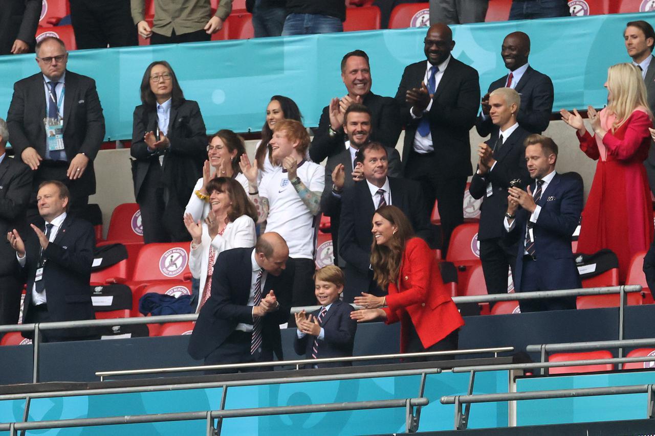 画像3: キャサリン妃がZARAのブレザーを着てサッカー観戦