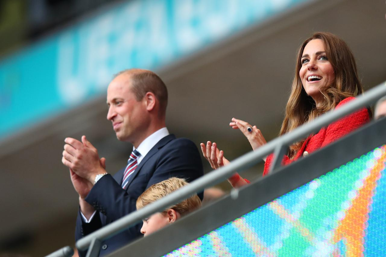 画像1: キャサリン妃がZARAのブレザーを着てサッカー観戦