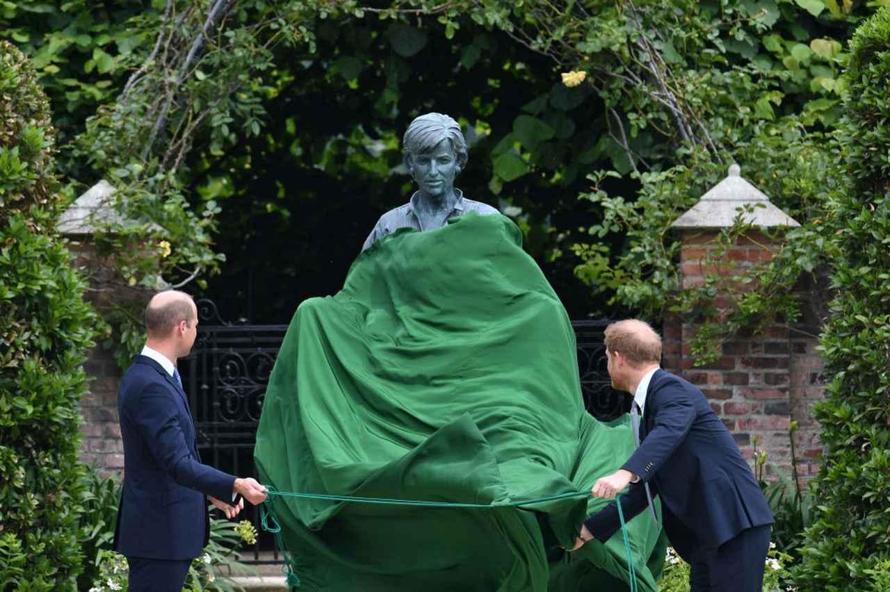 画像1: 母ダイアナ妃の銅像を前ににこやかに会話