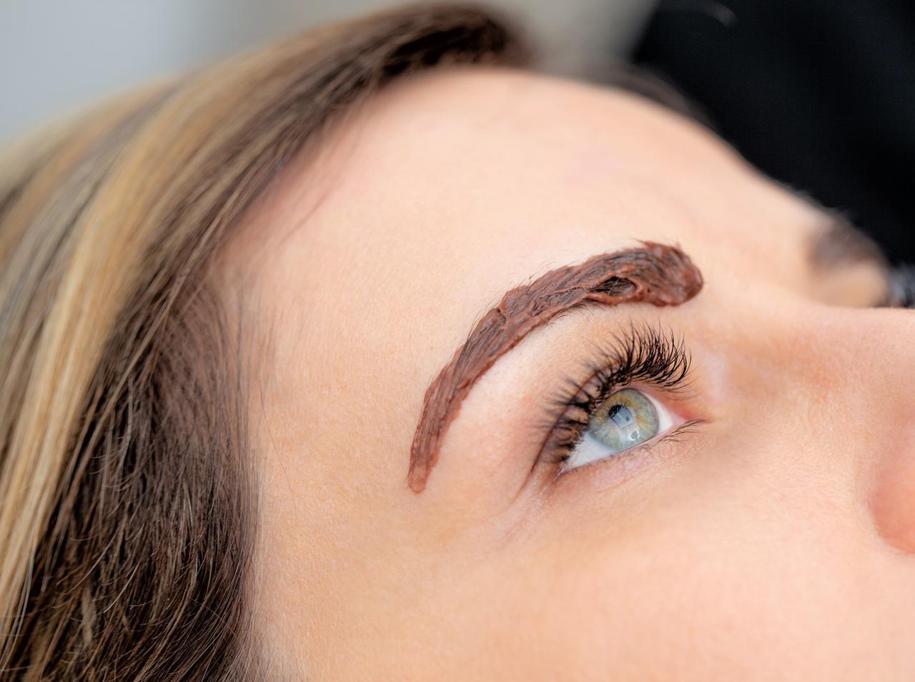 画像: 毛が暗めなら数回に分けて脱色する