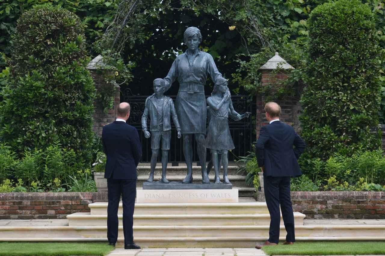 画像2: 母ダイアナ妃の銅像を前ににこやかに会話
