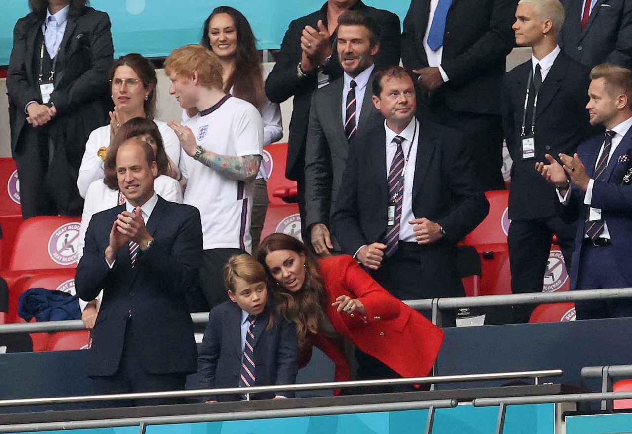 画像2: エド・シーランが妻とサッカー観戦