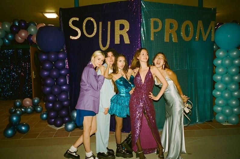 画像: プロムに駆けつけた友人たちとの記念ショット。 (左から)リディア・ナイト、コナン・グレイ、オリヴィア・ロドリゴ、アイリス・スコット、マディソン・フー。