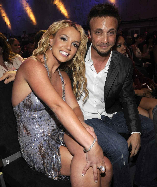 画像: 2008年、MTVビデオ・ミュージック・アワードに共に出席したブリトニー・スピアーズ(左)とラリー・ルドルフ(右)。