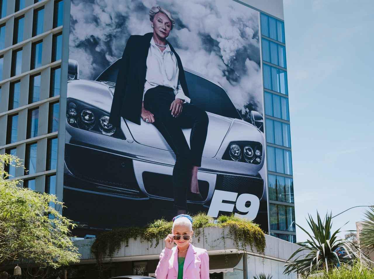 """画像: 『ワイルド・スピード』デッカード母、""""自分の巨大ポスターの前""""で撮った写真がかっこよすぎる - フロントロウ -海外セレブ&海外カルチャー情報を発信"""