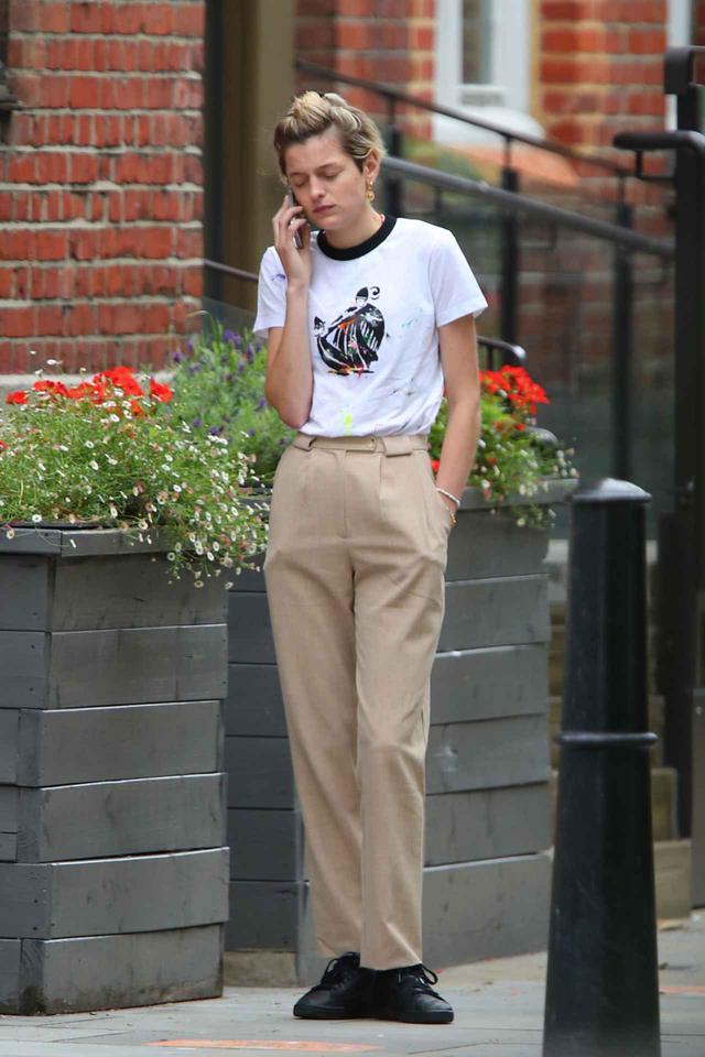 画像1: エマ・コリン、オールバックで電話中