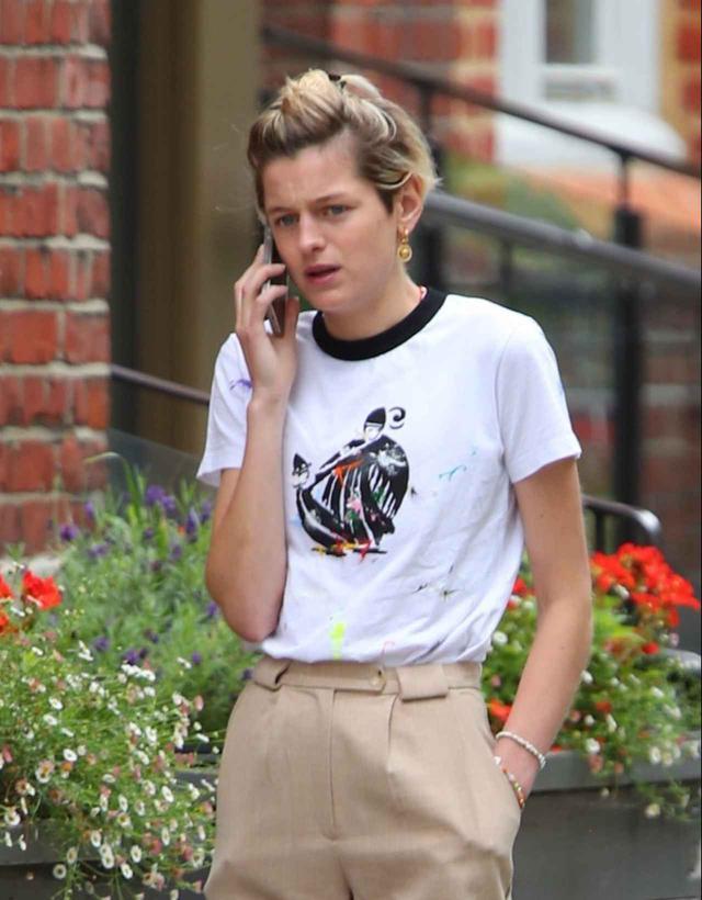 画像3: エマ・コリン、オールバックで電話中