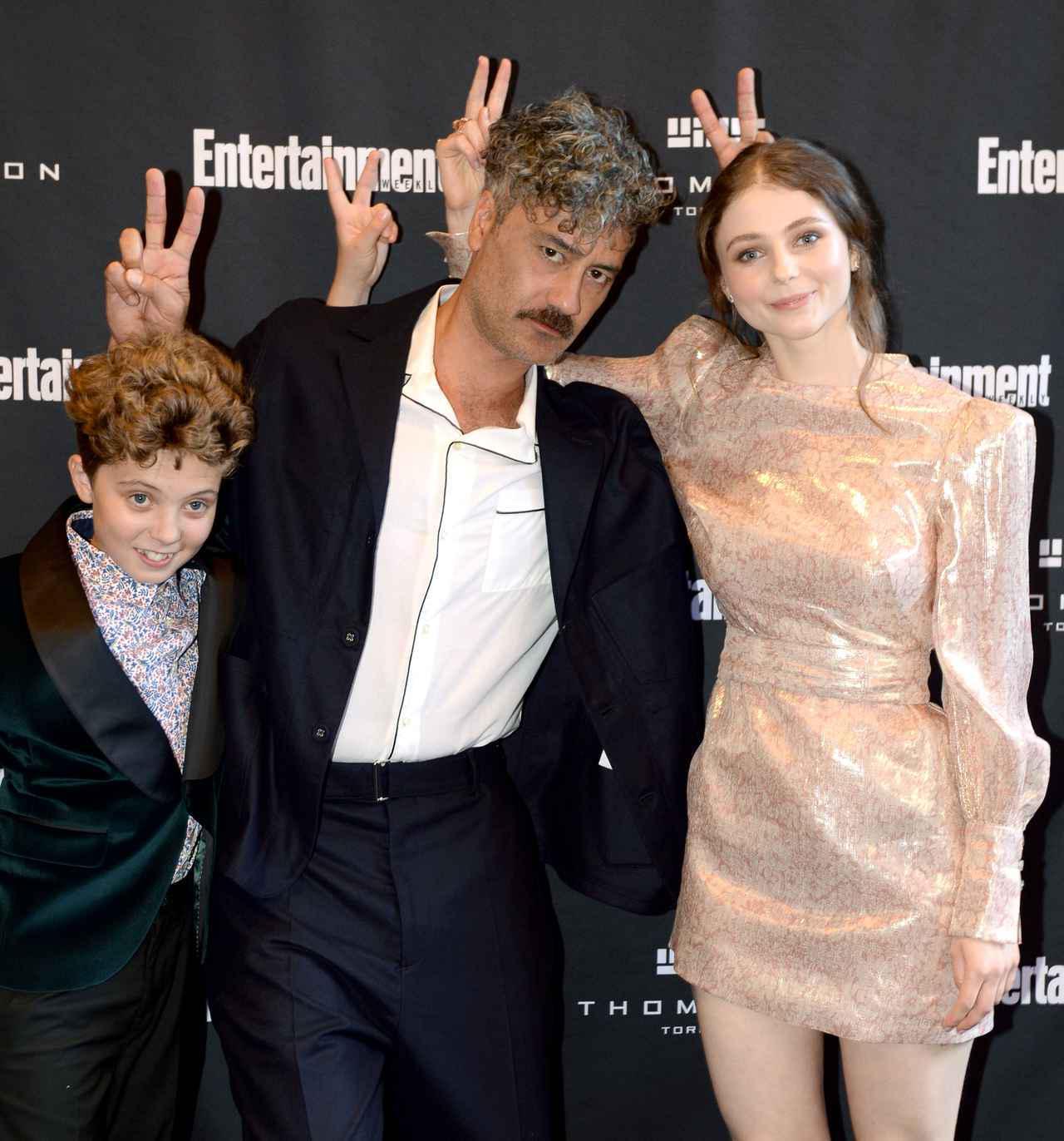 画像: 左から、ジョジョを演じたローマン・グリフィン・デイヴィス、タイカ・ワイティティ、トーマサイン・マッケンジー。
