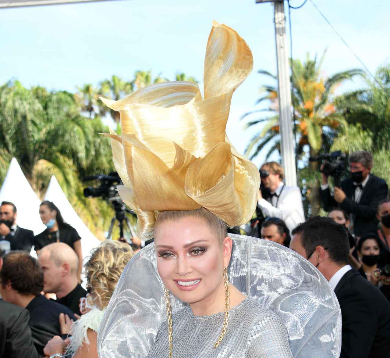 画像3: エレナ・レニーナのド派手なヘアスタイル