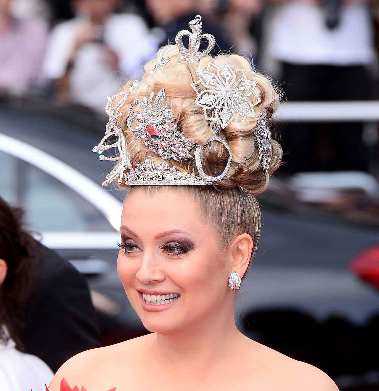 画像7: エレナ・レニーナのド派手なヘアスタイル