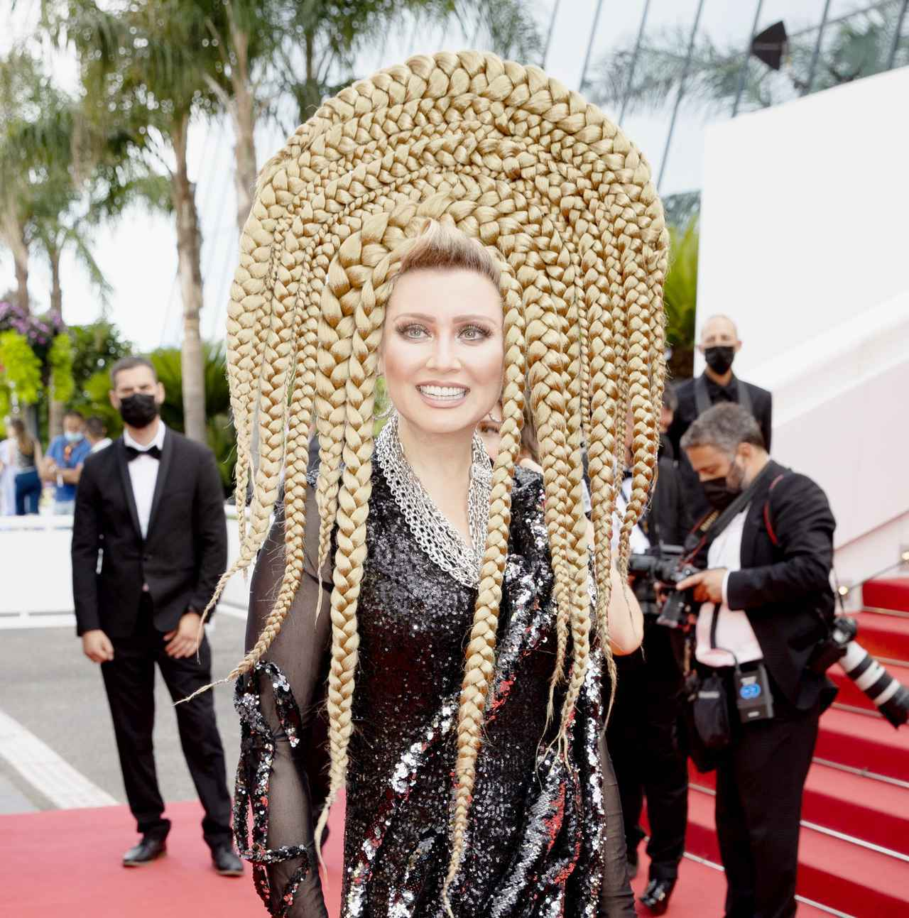 画像2: エレナ・レニーナのド派手なヘアスタイル