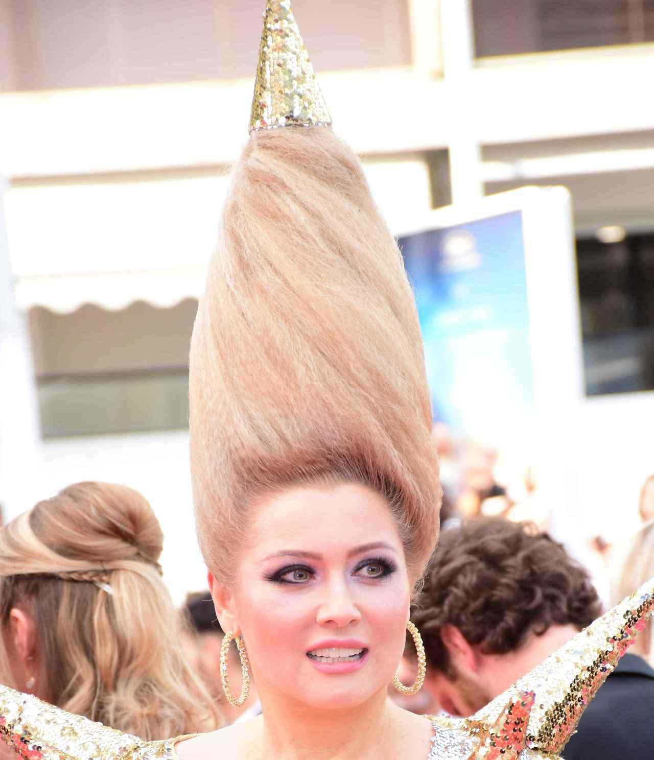 画像10: エレナ・レニーナのド派手なヘアスタイル