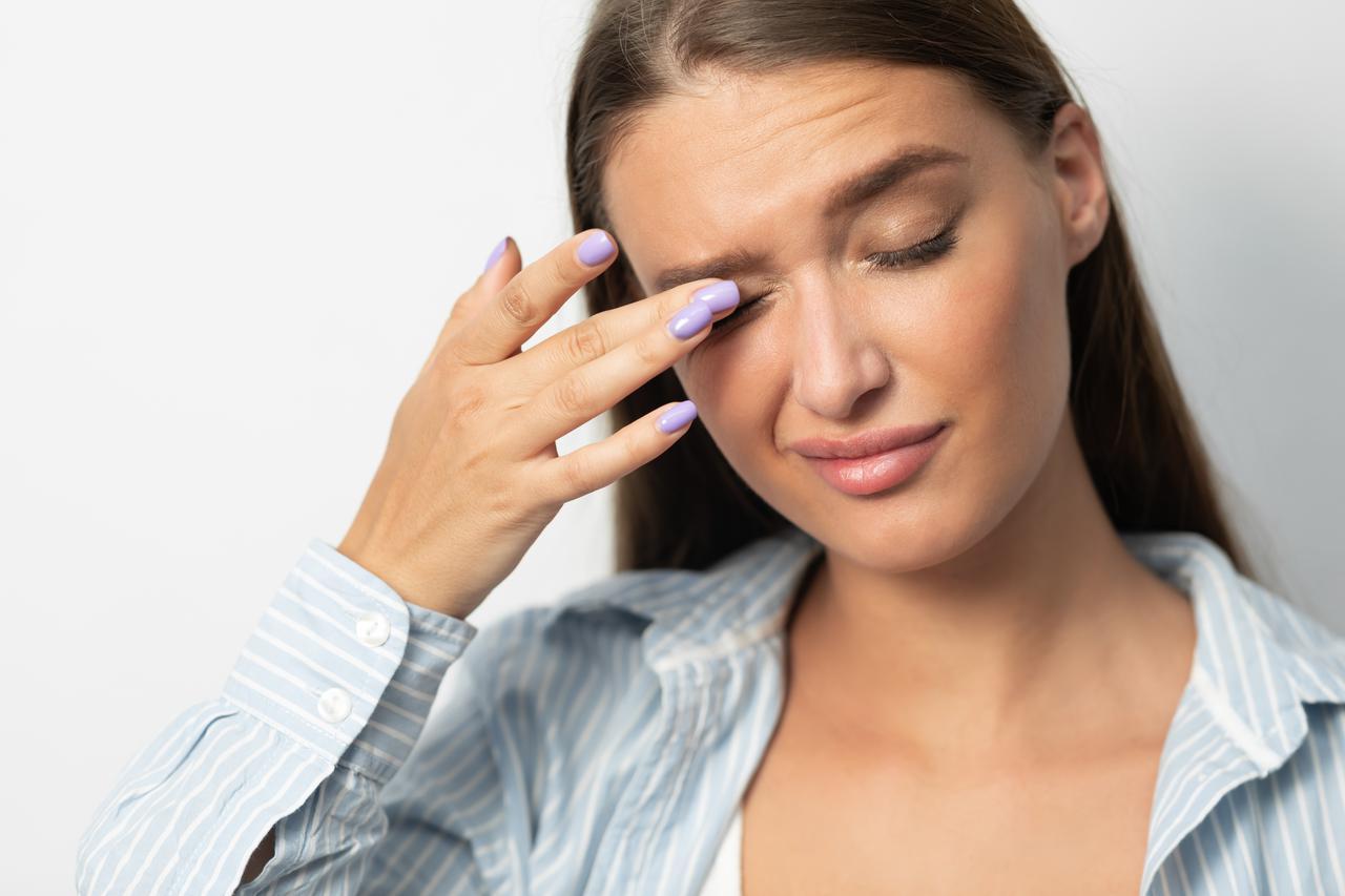 画像: 2.目元の炎症、唇の乾燥