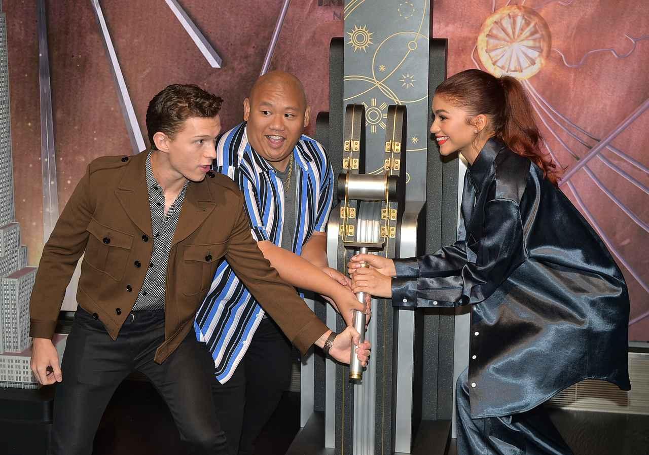 画像: 2019年、『スパイダーマン:ファー・フロム・ホーム』の公開を記念して行なわれたNYのエンパイア・ステート・ビルでのイベントに出席した、スパイダーマン役トム・ホランド(左)とネッド役のジェイコブ・バタロン(中央)、MJ役のゼンデイヤ(右)。
