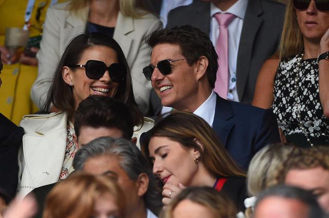 画像: 試合観戦中、隣に座っていたヘイリーと談笑するトム。