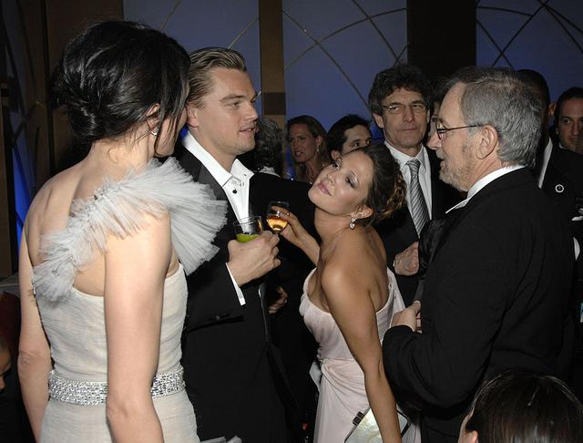 画像: 2007年、ゴールデン・グローブ賞のアフターパーティーにて。ちなみに手前は当時黒髪だったドリューの親友キャメロン・ディアス。右端の男性はスティーブン・スピルバーグ監督。