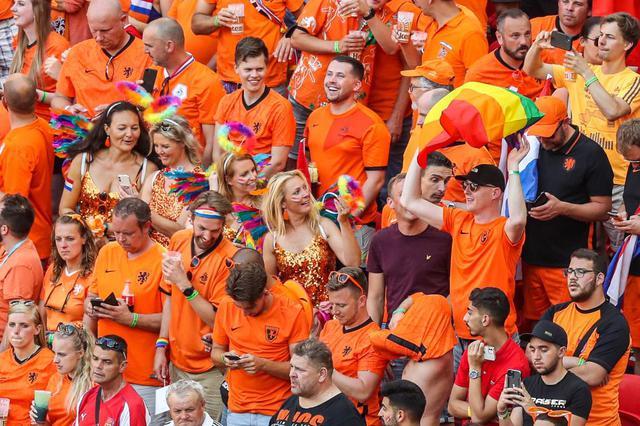 画像: サッカーEURO2020のハンガリー対オランダ戦では、オランダのファンがプライド・フラッグを観客席で掲げて抗議。