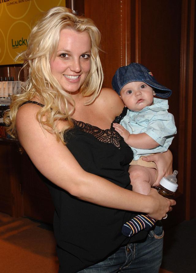 画像: 2006年、米Lucky Magazineのイベントにショーン・プレストンを同伴したブリトニー。