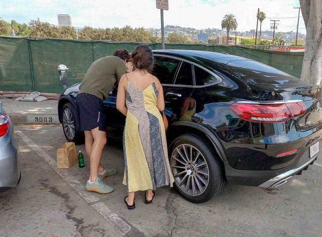 画像1: ショーン・メンデス&カミラ・カベロが車の前であたふた