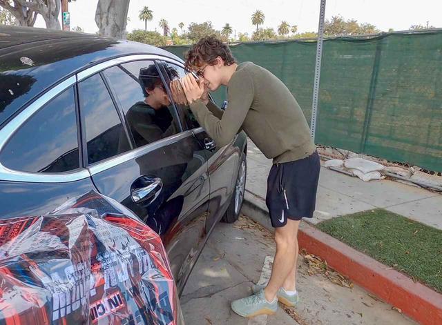 画像2: ショーン・メンデス&カミラ・カベロが車の前であたふた