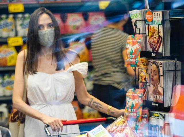 画像: アンジェリーナ・ジョリー、「スーパーで買い物」をしてるだけで絵になる【写真アリ】 - フロントロウ -海外セレブ&海外カルチャー情報を発信