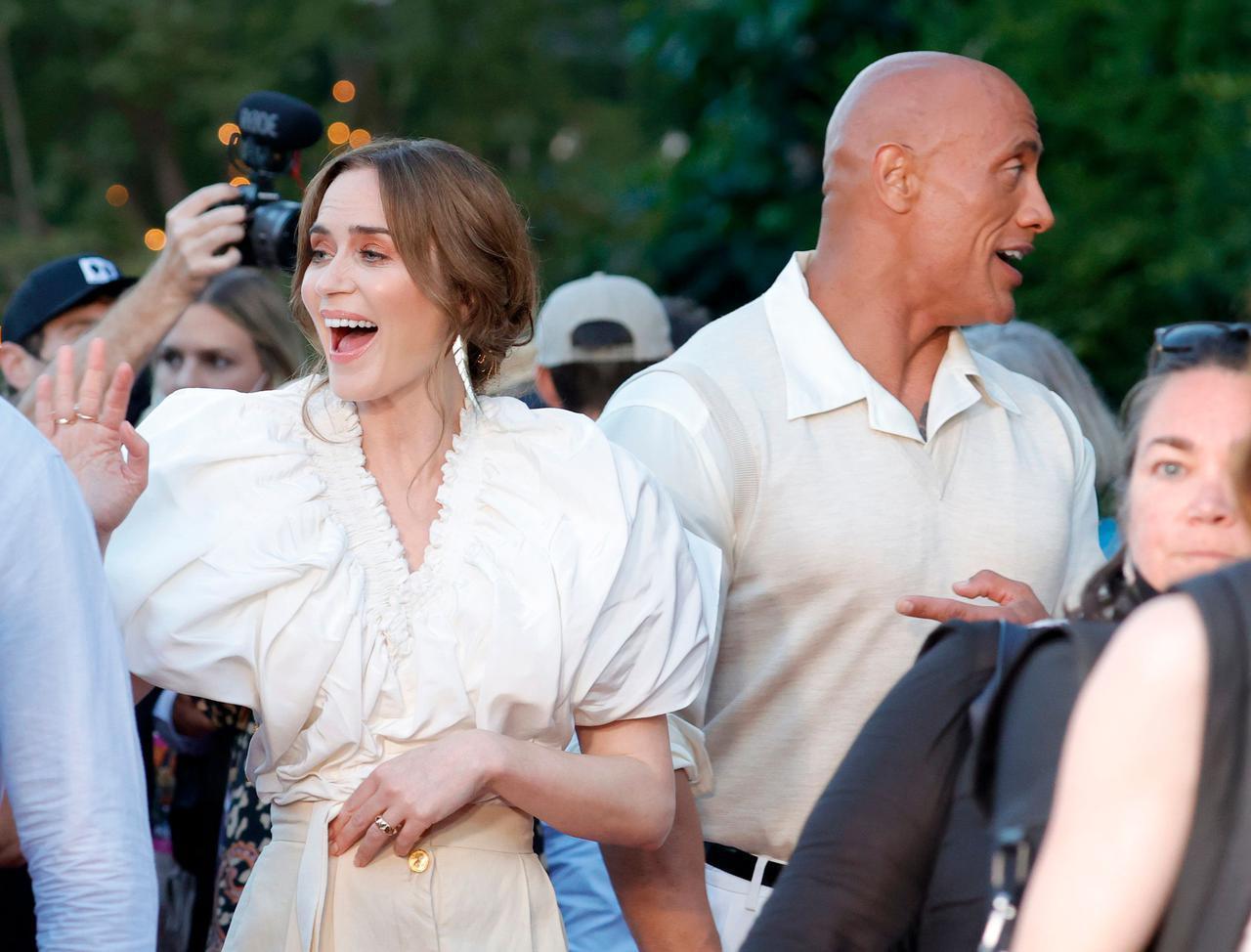 画像: ドウェイン&エミリーがキスシーンを振り返る