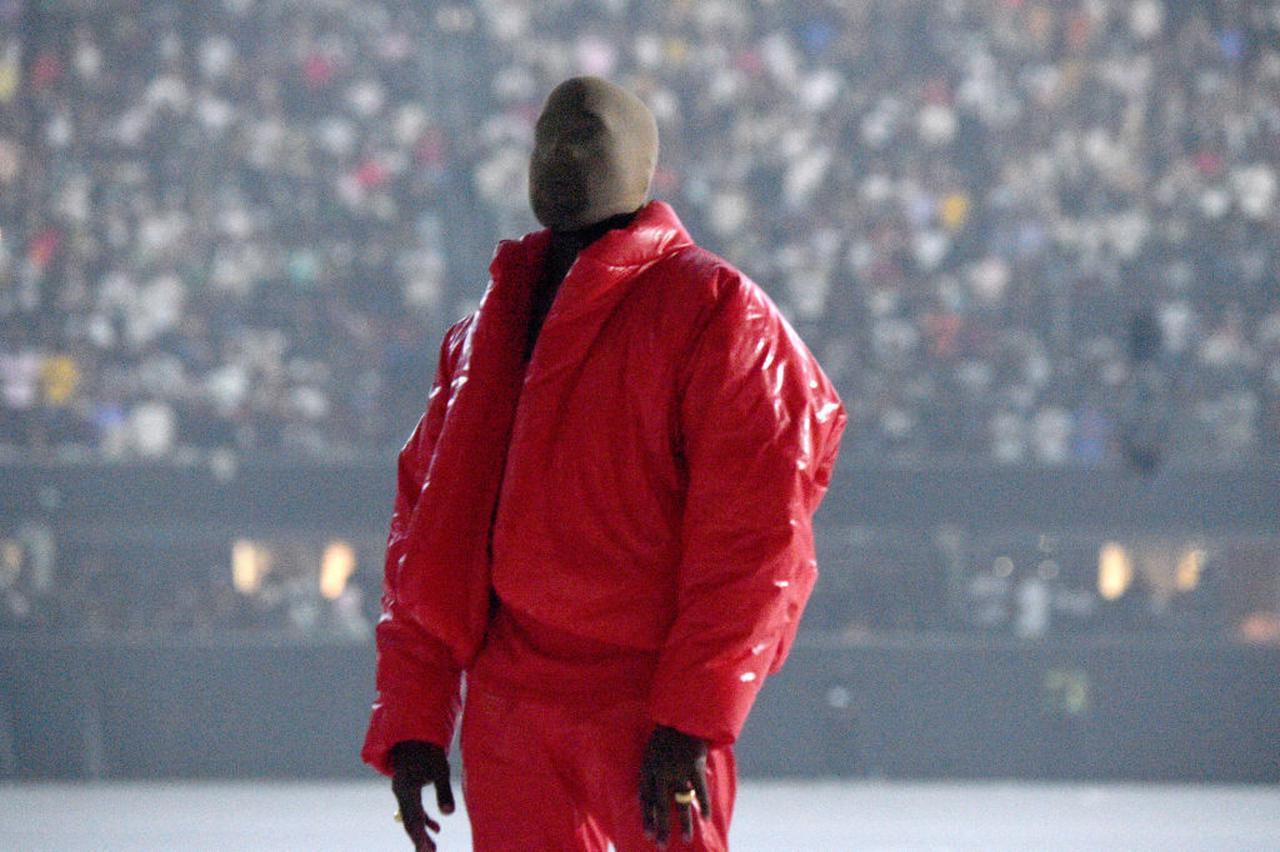 画像2: カニエの真っ赤な衣装が目を引く