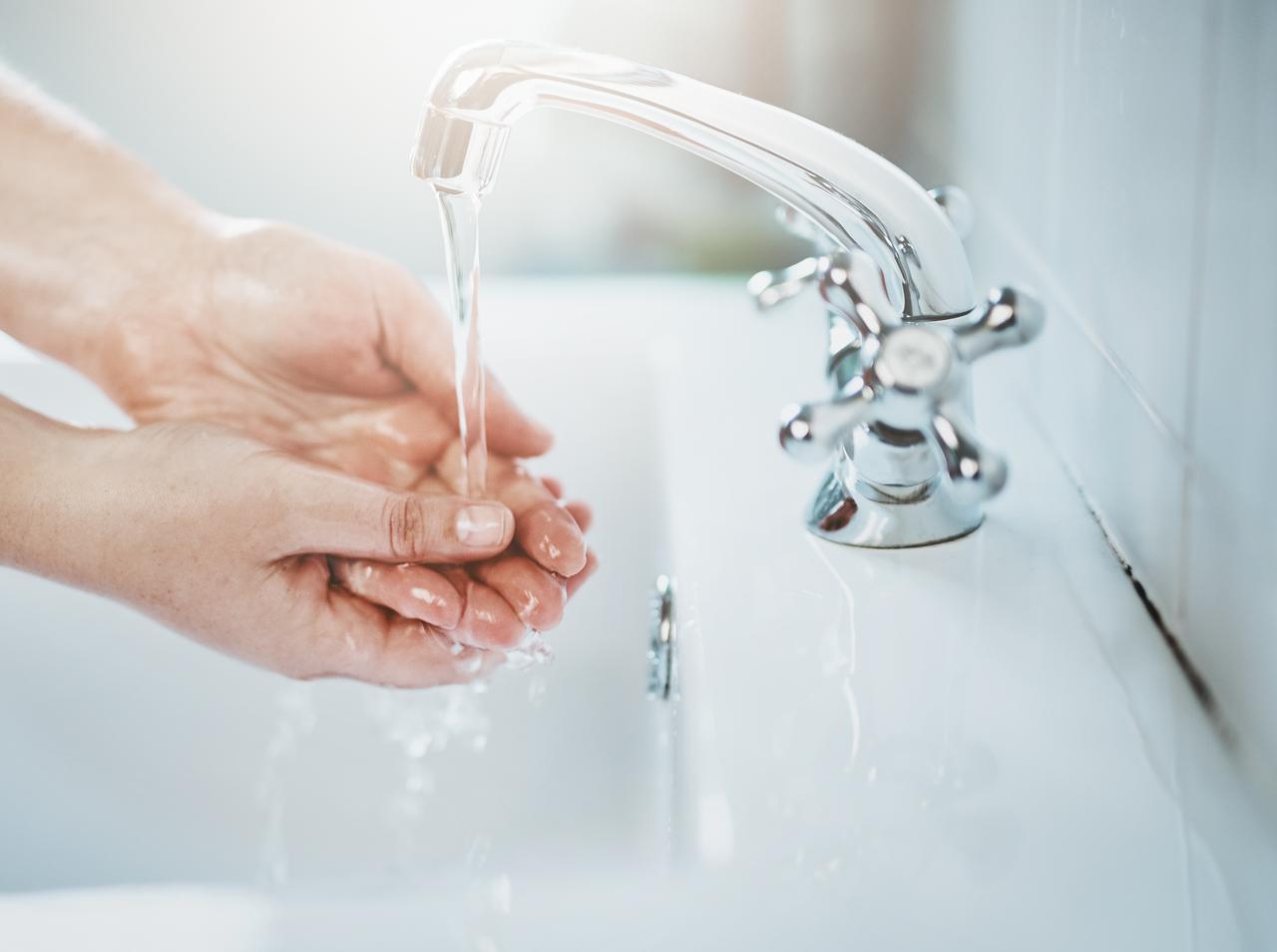 画像: 手は必ず清潔にして爪も切る