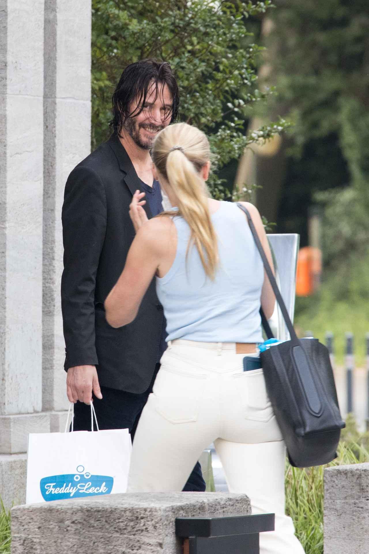 画像3: 髪が濡れたままホテルを出るキアヌ・リーブス