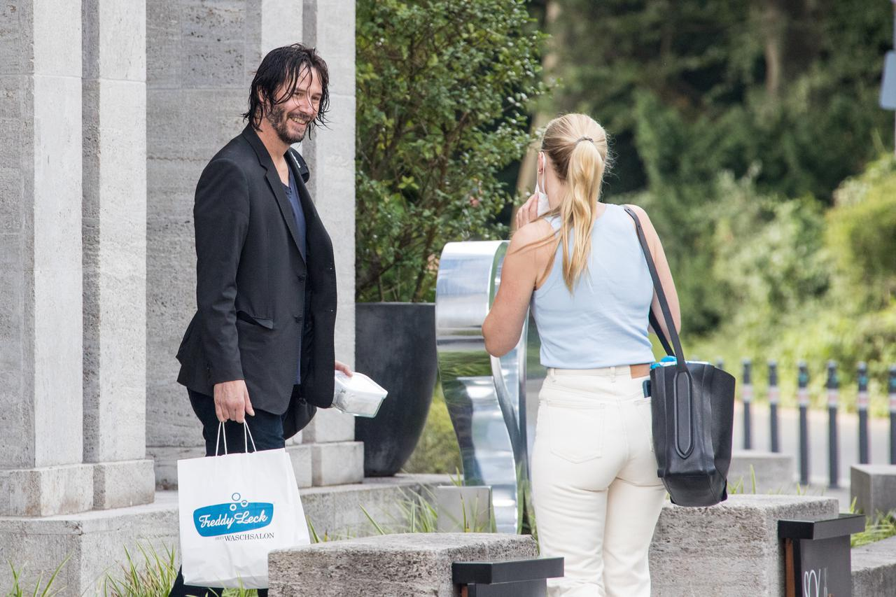画像2: 髪が濡れたままホテルを出るキアヌ・リーブス