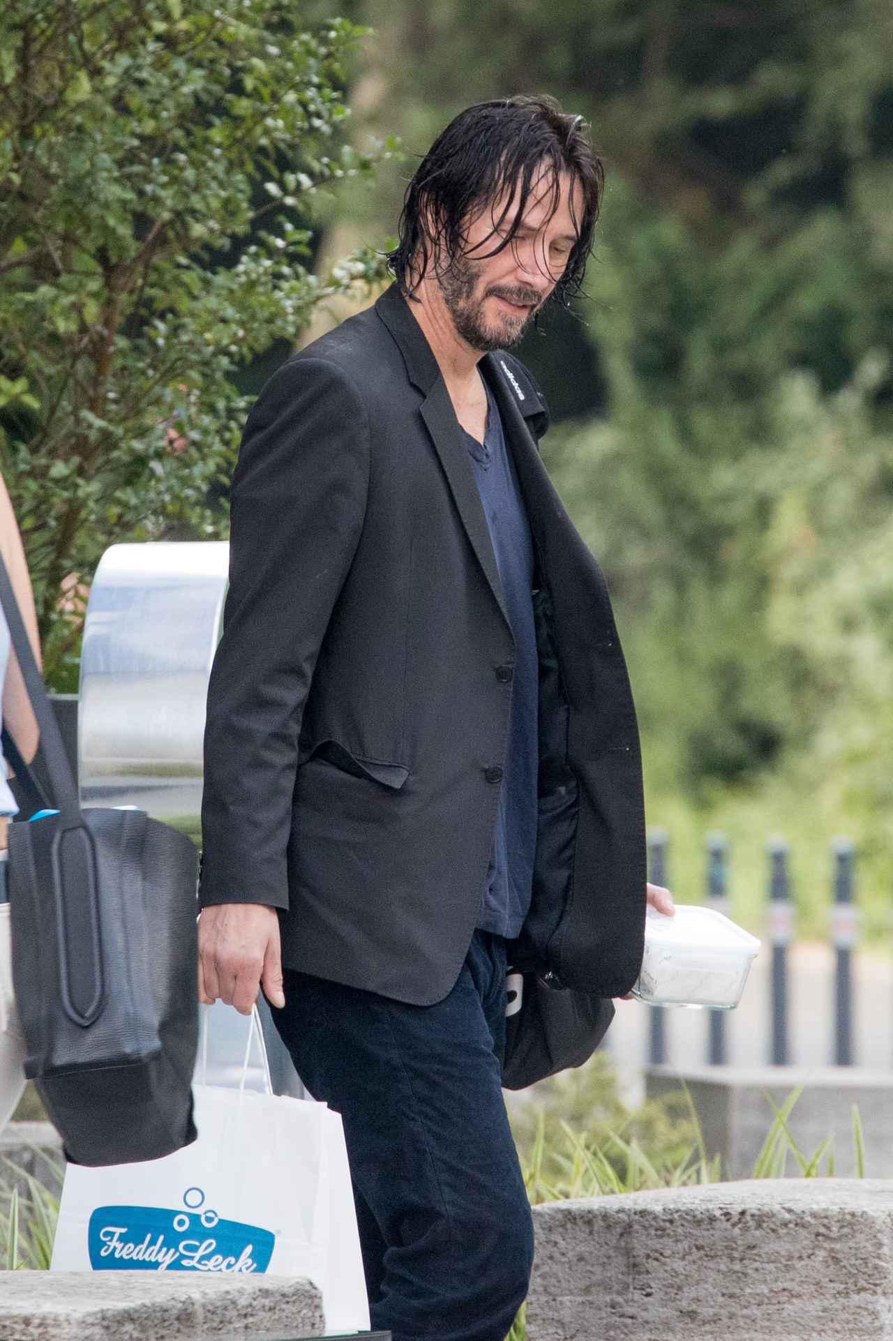 画像1: 髪が濡れたままホテルを出るキアヌ・リーブス