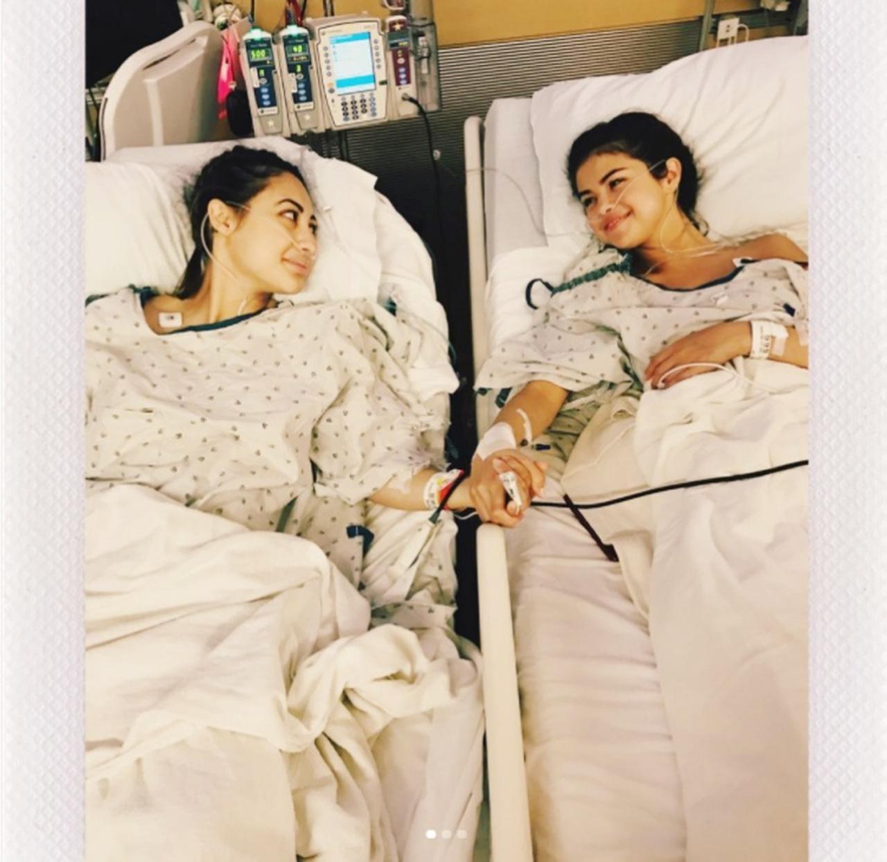 画像: 術後の病室で撮影された、セレーナと親友でドナーとなったフランシア・ライザとのツーショット。©Selena Gomez/ Instagram