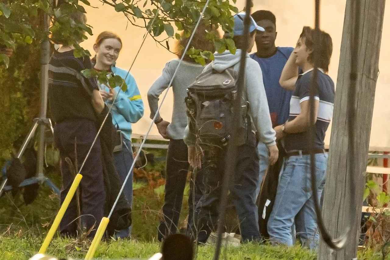 画像: 『ストレンジャー・シングス』シーズン4の撮影現場で談笑するキャストたち。