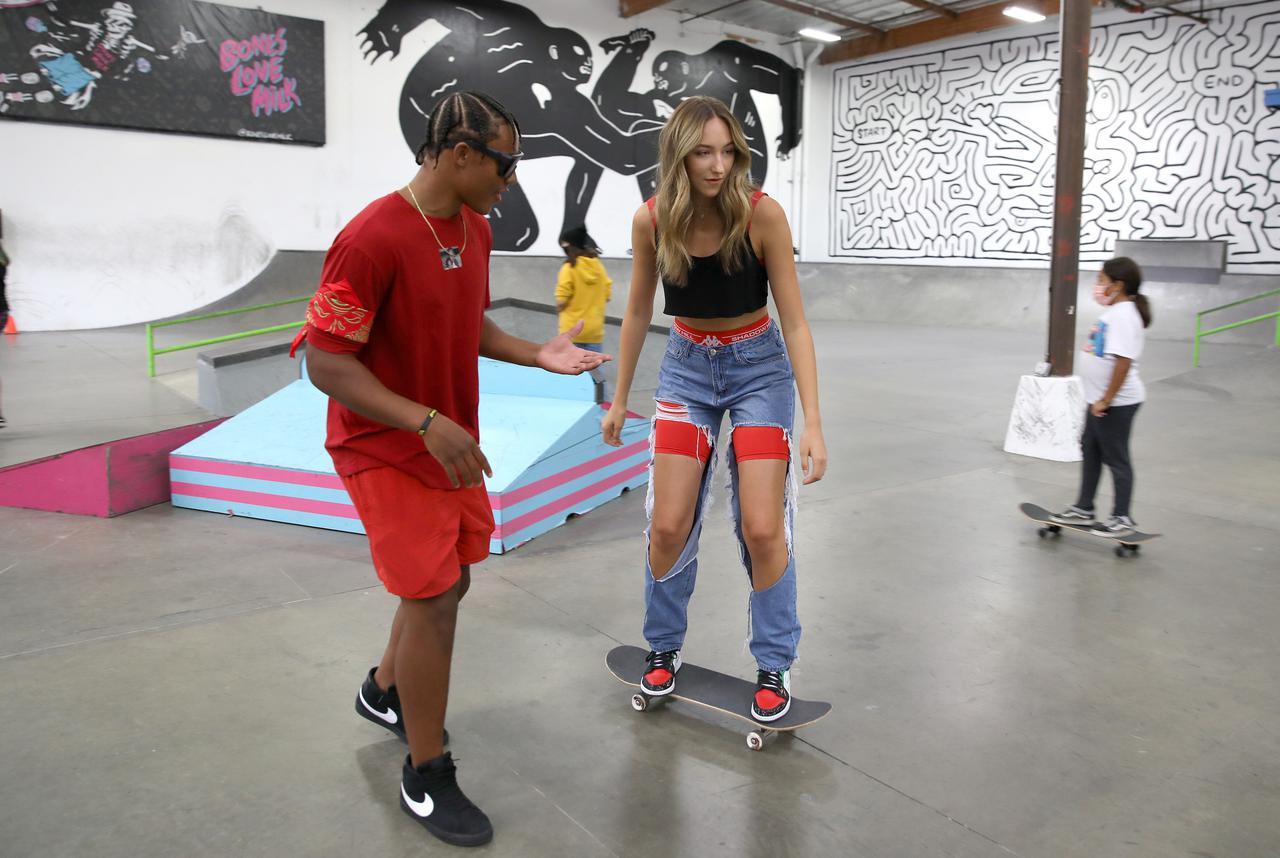 画像4: エイバ・ミシェル、スケートボード初挑戦