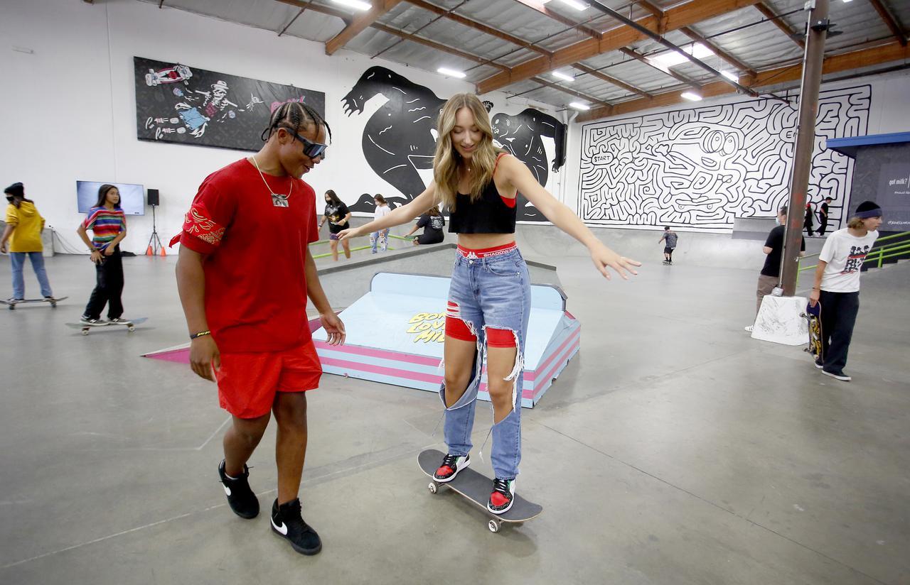 画像5: エイバ・ミシェル、スケートボード初挑戦