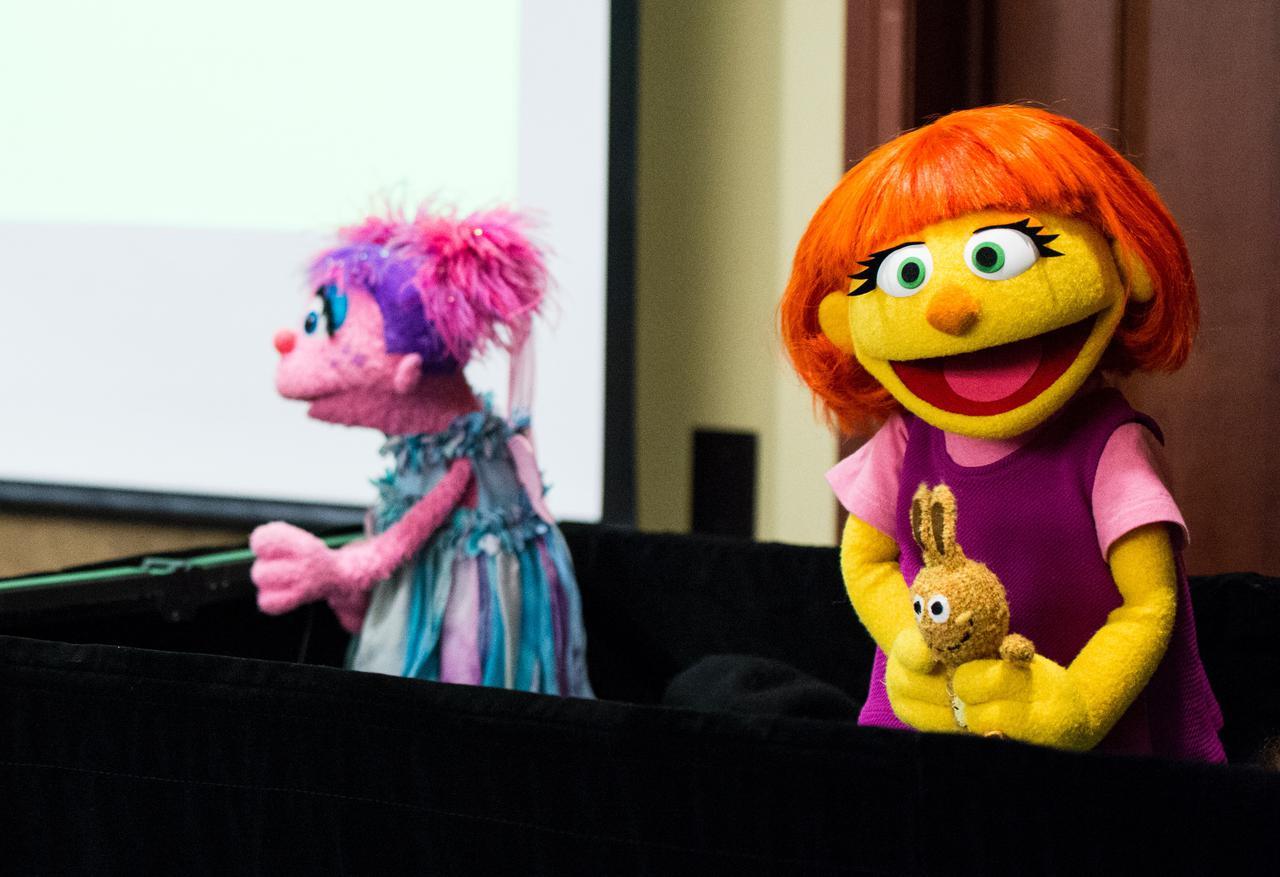 画像: 自閉症のジュリア(右)や、両親が離婚していて継父がいるアビー(左)など、多様なアイデンティティを持つキャラクターが登場する『セサミストリート』は、子供たちに素晴らしいレプリゼンテーションを見せている番組。