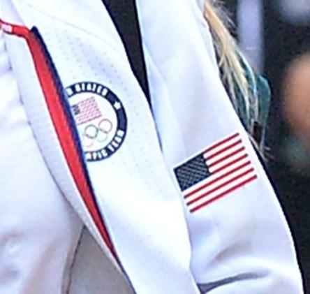 画像4: サラがオリンピックジャージで現場へ