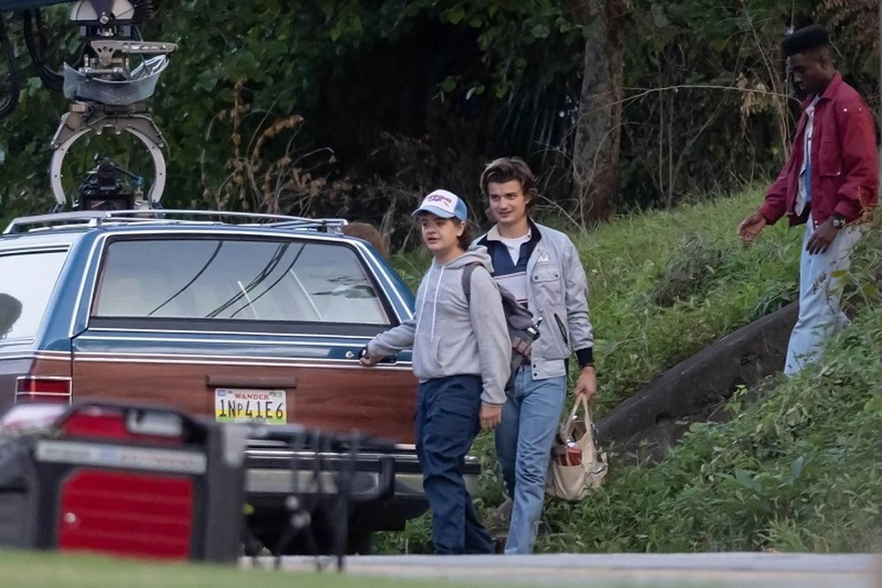 画像: 米現地時間の7月21日、ジョージア州ノース・アトランタのロケ現場でシーズン4の撮影に励むゲイテン・マタラッツォ(左)、ジョー・キーリー(中)、ケイレブ・マクラフリン。