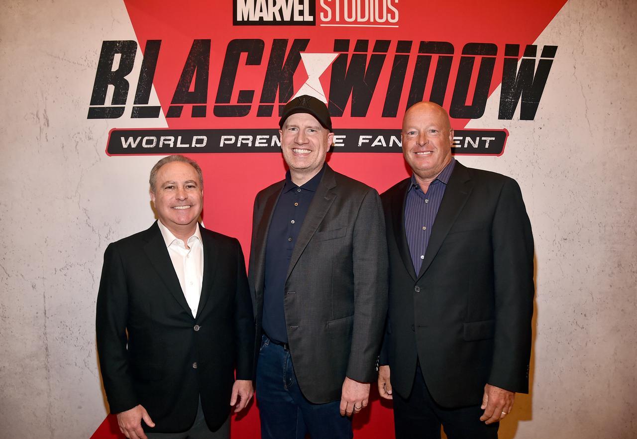 画像: ディズニー・スタジオのコンテンツ部門で代表を務めるアラン・バーグマン氏(左)とマーベル・スタジオのケヴィン・ファイギ社長(中央)と共に、2021年6月にロサンゼルスで行なわれた『ブラック・ウィドウ』のイベントに出席したボブ・チャペック氏(右)。