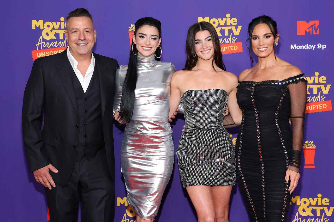 画像: (左から)父マーク・ダミリオ、姉ディクシー・ダミリオ、妹チャーリー・ダミリオ、母ハイディ・ダミリオ。