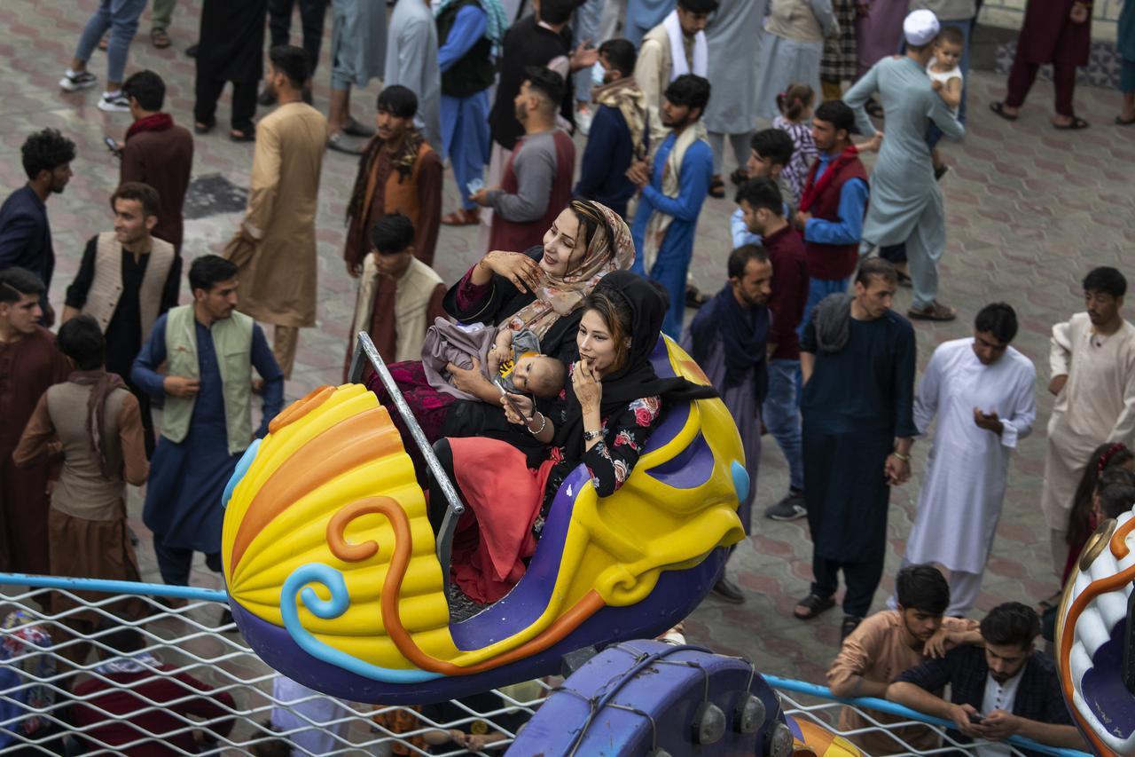 画像: タリバン政権前の7月20日に、イスラム教の祝日イード・アル=アドハーを祝う人々。(カブールで撮影)