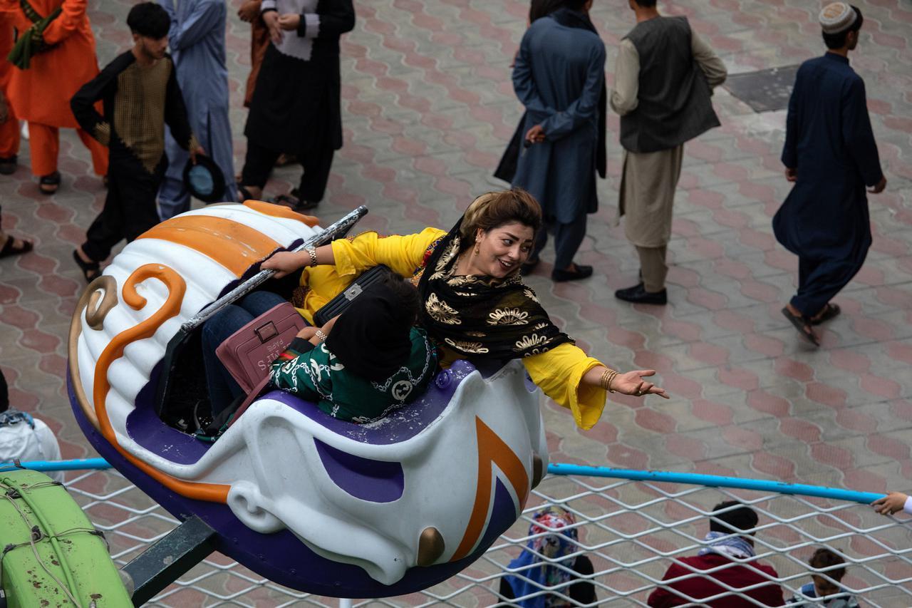 画像1: タリバン政権下、人権を奪われる女性たち