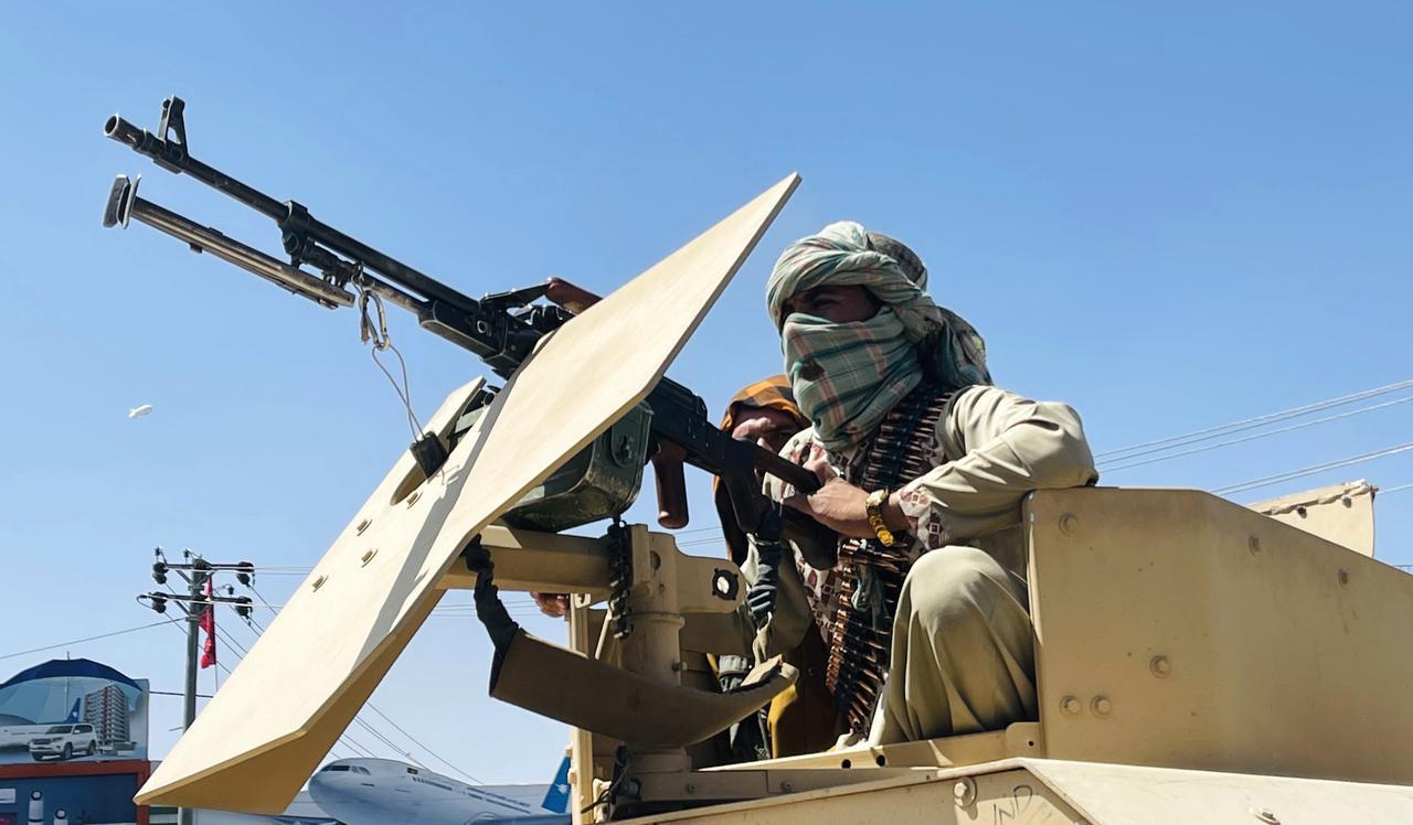 画像: カブール国際空港付近で目撃されたタリバンの戦士。(8月16日にカブールで撮影)