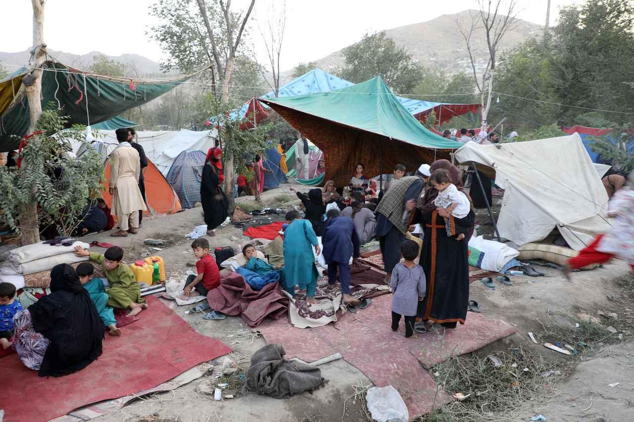 画像: 北部からカブールへ避難してきた人々の多くは、公園や道路わきで生活している。(8月10日にカブールで撮影)