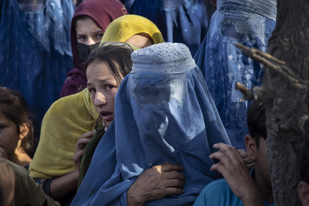 画像: ブルカを着用している女性もいる一方で、ブルカ以外を選んでいる女性も多い。(8月10日にカブールで撮影)