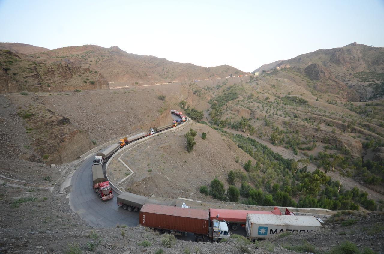 画像: アフガニスタンの隣国パキスタンの国境が閉鎖され、渋滞するトラック。(パキスタンのペシャーワルで8月15日に撮影)