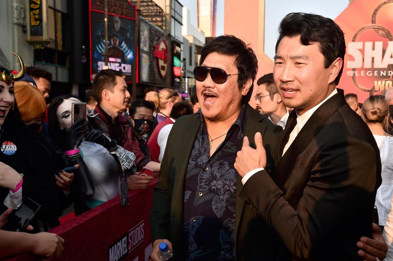 画像: 『シャン・チー/テン・リングスの伝説』ワールドプレミアのレッドカーペットに登場したベネディクト・ウォン(左)とシム・リウ(右)。