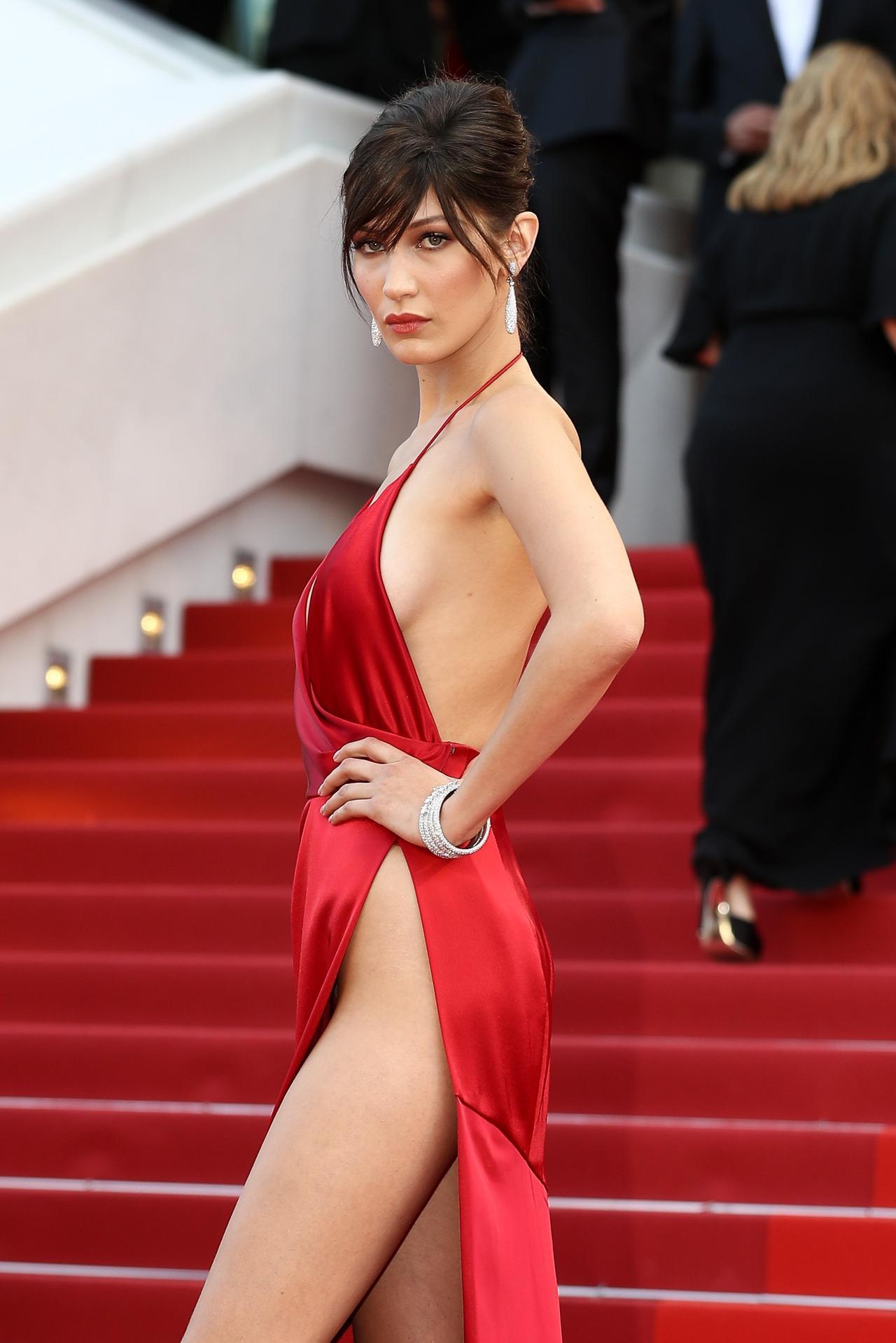 画像3: ベラ・ハディッドが「セクシーすぎるドレス」を振り返る