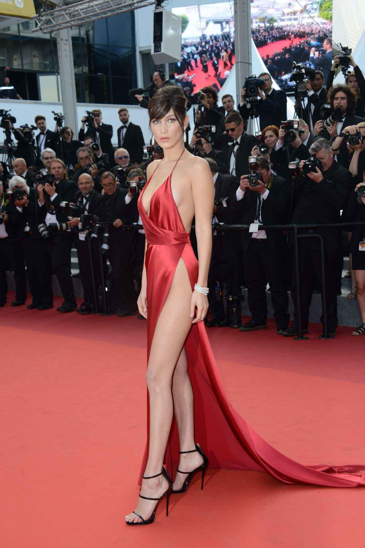 画像2: ベラ・ハディッドが「セクシーすぎるドレス」を振り返る